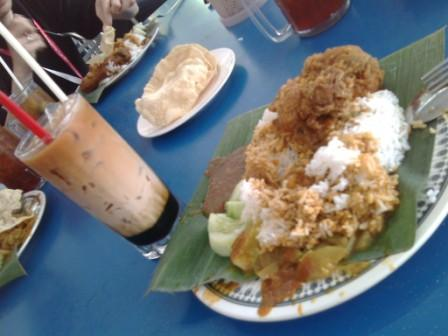 Curry rice with fried chicken and 3 layer tea